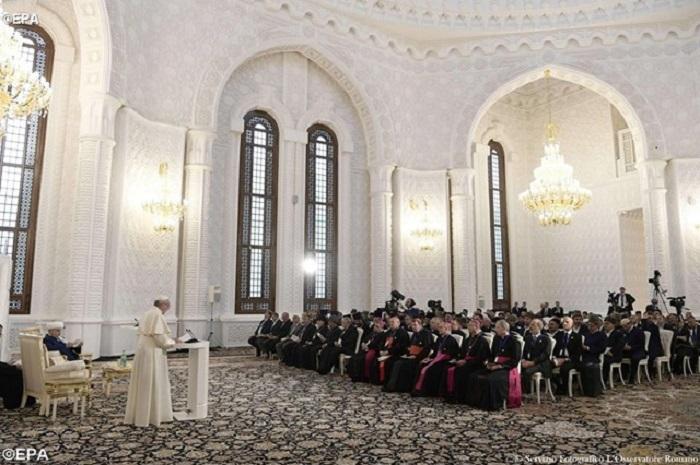 Papa conclui viagem ao Azerbaijão com encontro inter-religioso