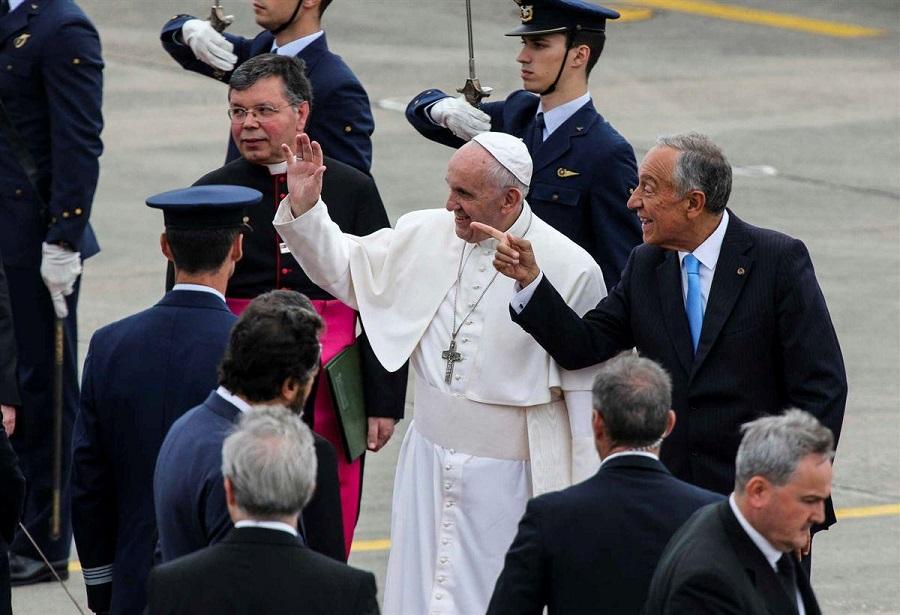 """Papa chega a Portugal como """"peregrino na esperança e na paz"""""""